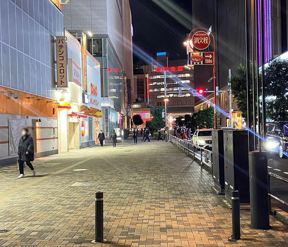 긴자 쇼핑가 주변 풍경. 넓은 거리에 보행하는 사람은 10명이 채 되지 않는다.