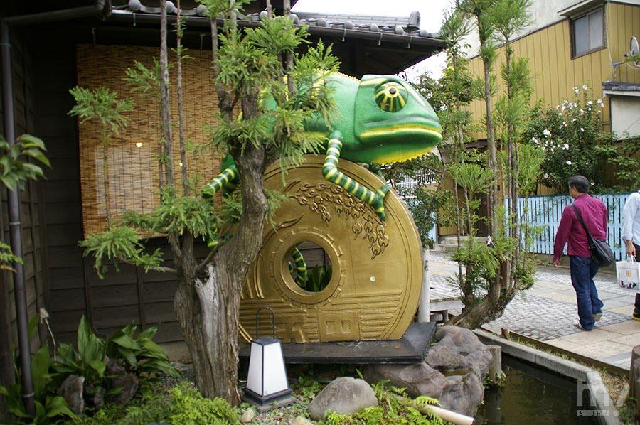 일본에서 5엔을 고엔이라고 읽는데, 이는 연(縁)의 발음과 같다. 그리하여 5엔을 보며 인연을 소중히(ご縁を大切に:고엔오 다이세츠니)라고 한다.